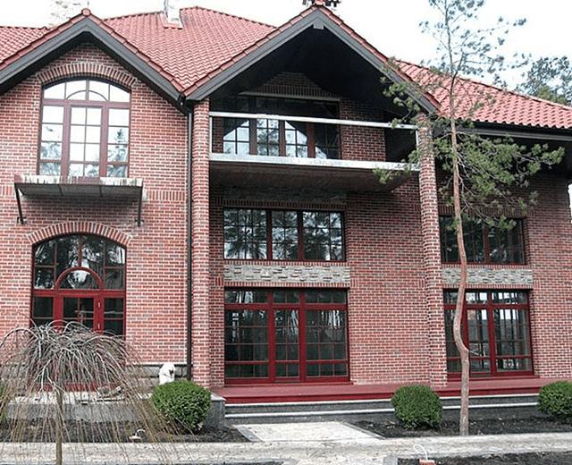Вікна з червоного дерева